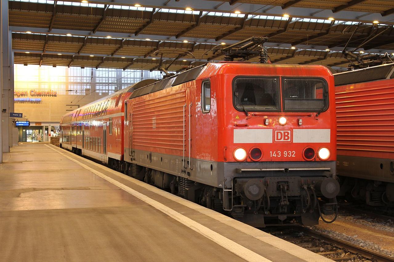143 932 standing at Chemnitz Hbf with RB26158, 08:09 Chemnitz Hbf - Elsterwerda (20.12.2015).
