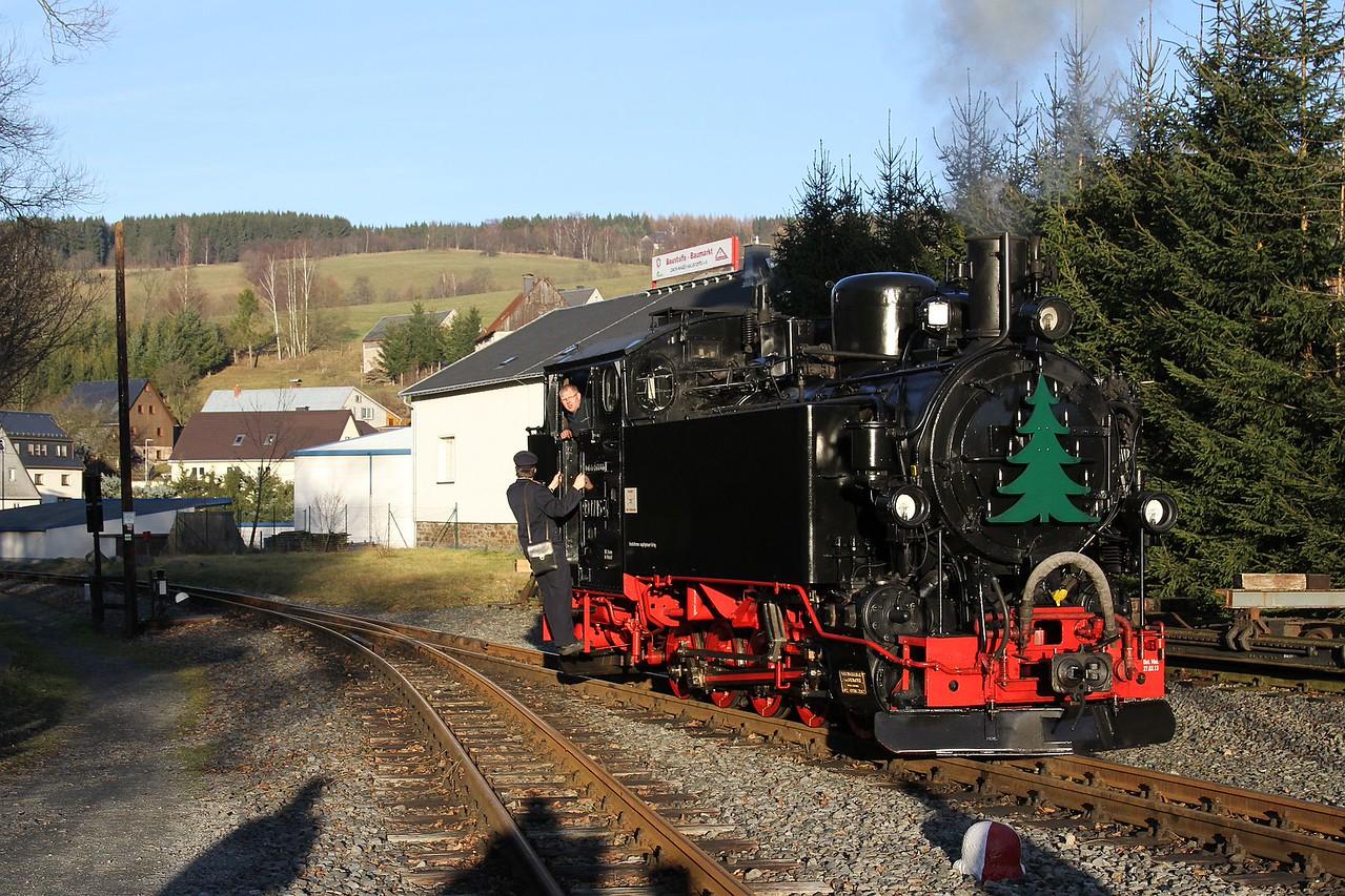 99 1715 runs off 1405 Jöhstadt - Steinbach after arrival at Steinbach (20.12.2015).