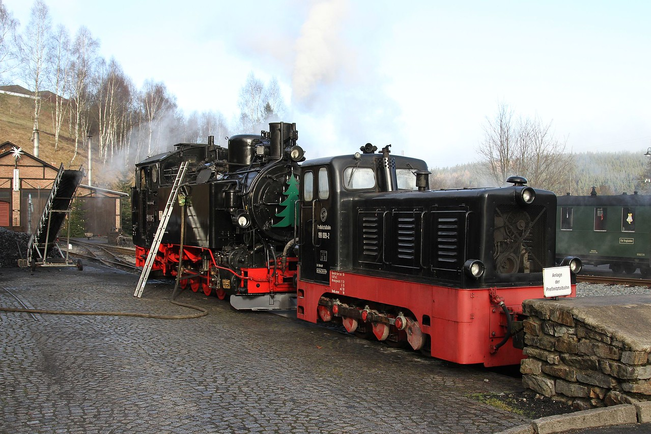 199 019 and 99 1715 on Jöhstadt shed (20.12.2015).