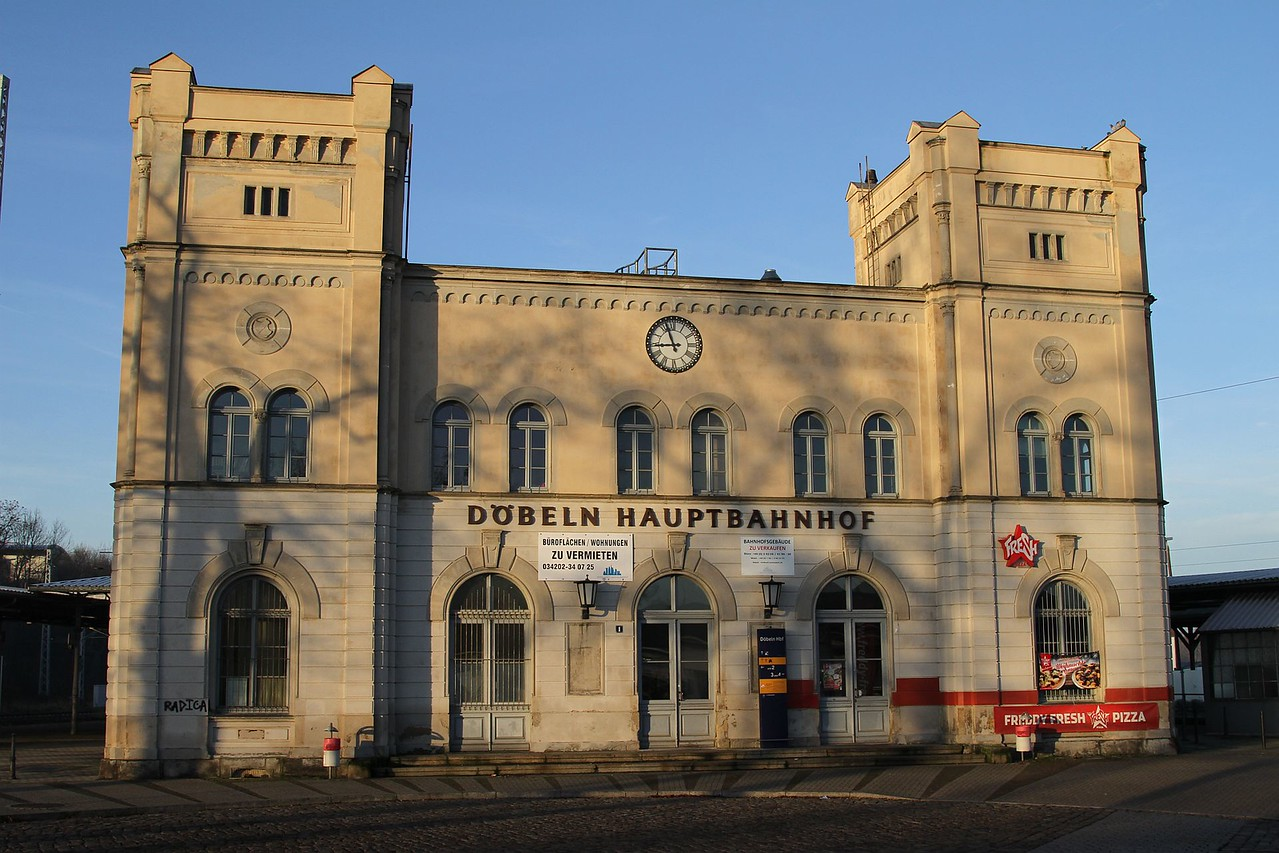 Döbeln Hbf still retains an impressive station building.......somewhat under-used these days (20.12.2015).