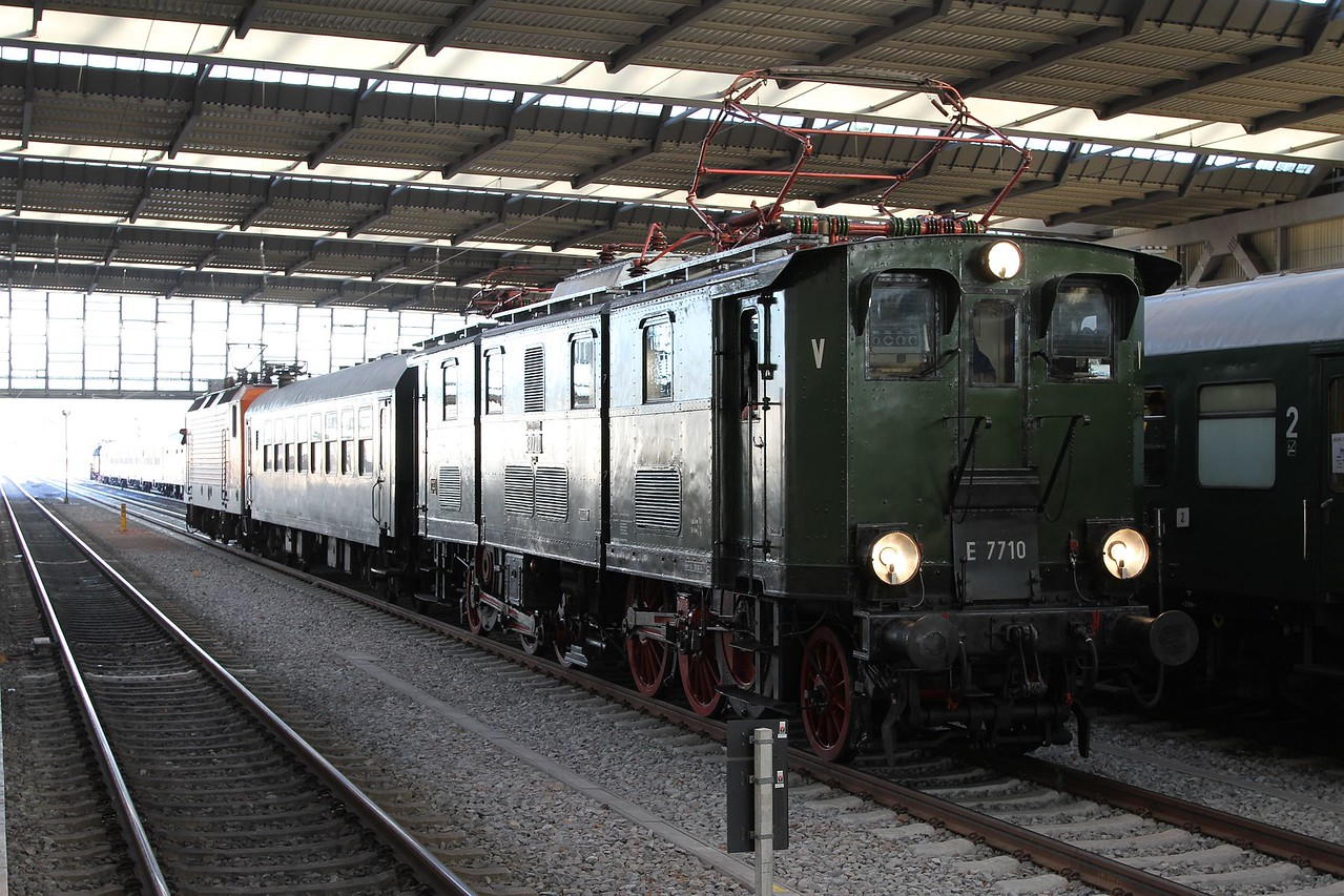 E77 10 (277 010) and 143 001 shunting at Chemnitz Hbf after bringing the tour from Dresden Hbf (20.12.2015).