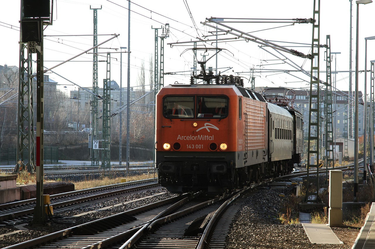 143 001 and E77 10 shunting at Chemnitz Hbf after bringing the tour from Dresden Hbf (20.12.2015).