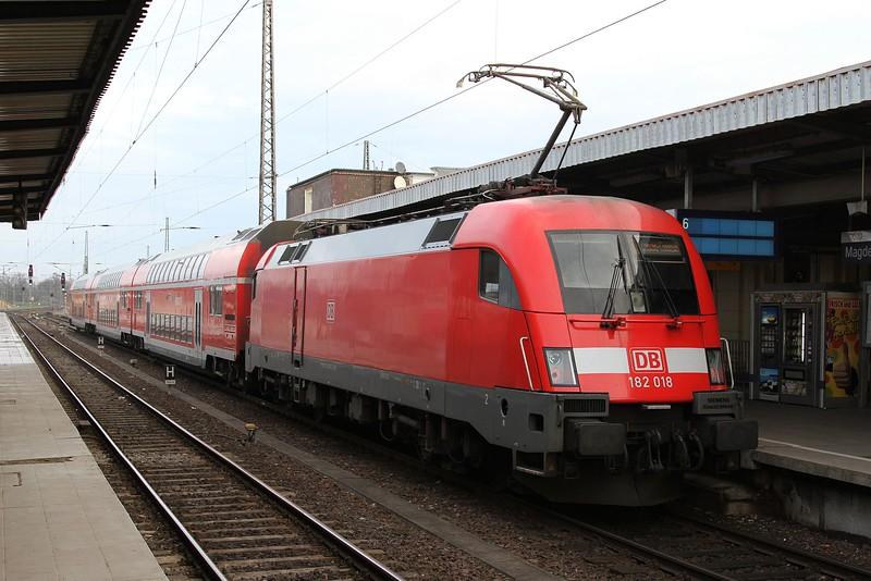 182 018 at Magdeburg Hbf with RB17709, 10.04 Magdeburg Hbf - Dessau Hbf (19.12.2015).