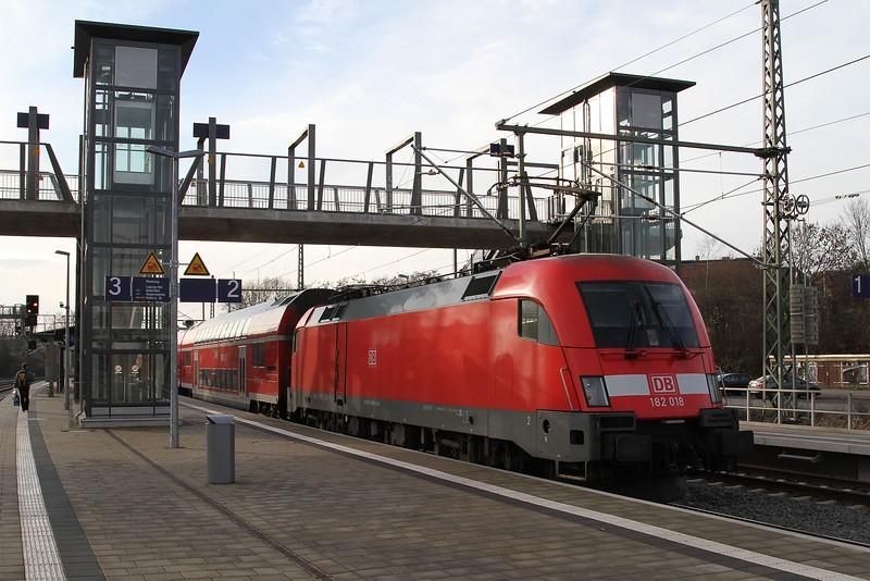 182 018 at Leipzig-Connewitz with S2 37234, 12.23 Leipzig-Connewitz - Delitzsch unt. Bf. (19.12.2015).