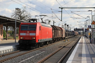 145 031 rumbling through Roßlau (Elbe) with a northbound freight (18.04.2015).