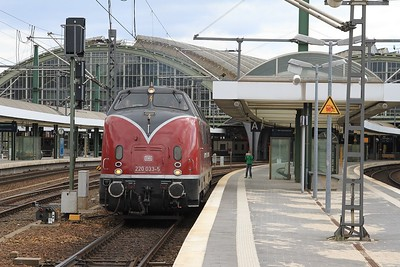 V200 033 and a young admirer in Berlin Hbf (18.04.2015).