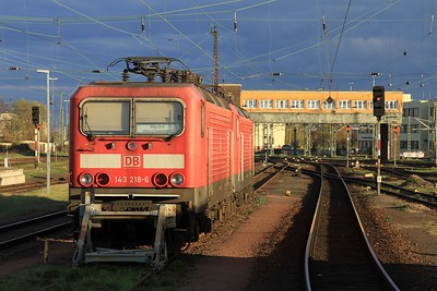 """143 218 and another unidentified """"Trabbi"""" stabled in the evening sun at the south end of Halle (Saale) Hbf (17.04.2015)."""