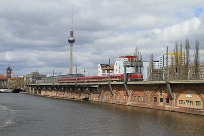 V200 033 passing Jannowitzbrücke S-Bahn station with DPE20358, 07.02 Hamm (Westf) - Berlin Hbf private charter (18.04.2015).