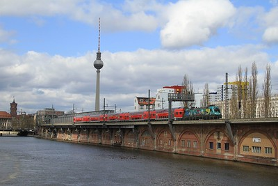 182 013 passing Jannowitzbrücke S-Bahn station with RE18113, 10.08 Magdeburg Hbf - Berlin Hbf (18.04.2015).