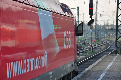 "ÖBB 1216 017 waits at Augsburg Hbf with CNL429 ""Pollux"", 1940 Amsterdam CS - München Hbf (10.08.2013)"