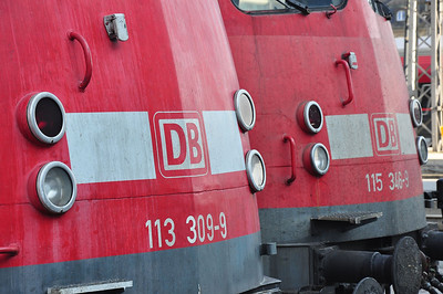 "The ""Bügelfalten"" Twins. 113 309 and 115 346 await their next duties at München Hbf (10.08.2013)"