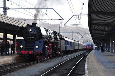 01 533 stands at Innsbruck Hbf with SR20041, 1735 Innsbruck Hbf to Stuttgart Hbf (via Kufstein) (08.03.2014)