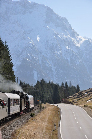 185 666 pilots 01 533 towards Mittenwald with the Karwendel forming an impressive backdrop (08.03.2014)