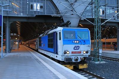 """Czech interloper in Leipzig Hbf - 371 002 prepares to depart Leipzig Hbf with CNL459 """"Canopus"""", 19.42 Zürich HB - Praha hl.n. (22.02.2015)."""