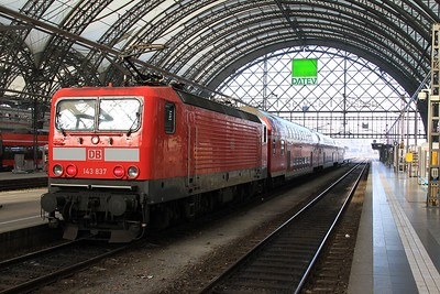 143 837 stands in Dresden Hbf with an RE service to Hof (21.02.2015).