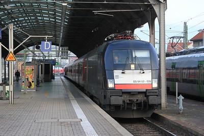 MRCE 182 526 (a.k.a. ES 64 U2 - 026) stands at Halle (Saale) Hbf with RB16310, 08.23 Halle (Saale) Hbf - Eisenach (22.02.2015).