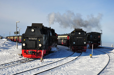 "99 7247 waiting to depart Brocken with 8922, 13:59 service to Drei Annen Hohne while 99 7237 waits with the return ""Quedlinburger Brocken Express"" and 99 5902+99 6101 (hidden) will return on 15:39 charter to Wernigerode (25.01.2014)"