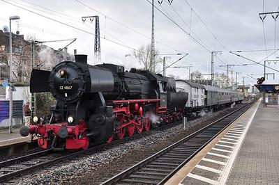 52 4867 at Frankfurt Süd with DPE25710, 1110 to Dieburg (16.02.2014)