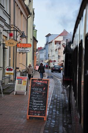 99 2324 pauses at Stadtmitte with MB14616, 1035 Bad Doberan - Ostseebad Kühungsborn West (03.02.2014)