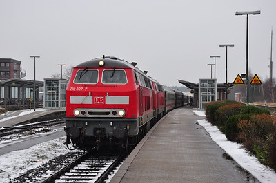 "218 307+218 376 pause at Husum with IC2074 ""Uthlande"", 0604 Dresden Hbf - Westerland (Sylt) (01.02.2014)"