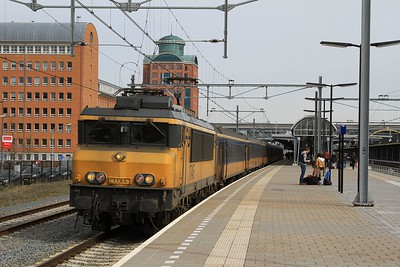 1745 at 's-Hertogenbosch with IC3637, 09.49 Zwolle - Roosendaal (03.04.2015).