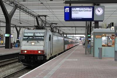 186 236 at Rotterdam Centraal whilst working ICD917, 09.26 Breda - Amsterdam Centraal (04.04.2015).