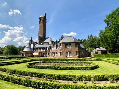 Jachthuis Sint Hubertus building and its garden.