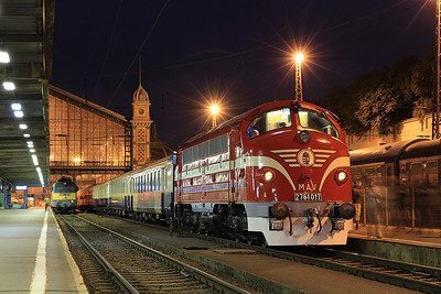 MÁV M61 017 at Budapest Nyugati just before departure with the 'Karpátálja Expressz' bound for Slovakia, Ukraine and Romania  - 09/09/11.