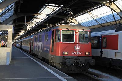 SBB Cargo 421387 at Zürich HB on EC197 18.16 to München  - 22/09/11.