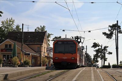 SZU EMU 426523 / 524 at Uetliburg on the 15.06 ex Zürich HB, Note the offset pantographs - very Swiss !  - 22/09/11.
