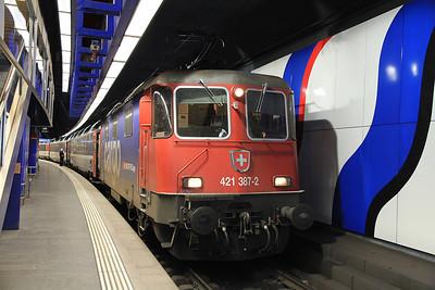 SBB Cargo 421387 at Zürich Flughafen on EC197 18.16 Zürich-München  - 22/09/11.