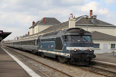 SNCF 67357 at Montluçon on 3909 1129 ex Paris Austerlitz - 05/04/12.