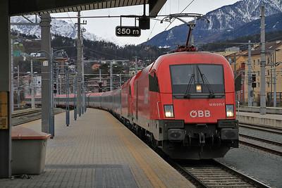 ÖBB 1016 011 (+ failed 1216 021) arr Innsbruck Hbf, EC88 09.04 Verona P.N.-München - 27/12/12.