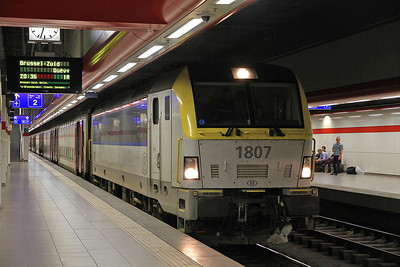 SNCB 1807, Brussel Nationaal Luchthaven, IR3742 20.36 to Quévy - 17/05/13.