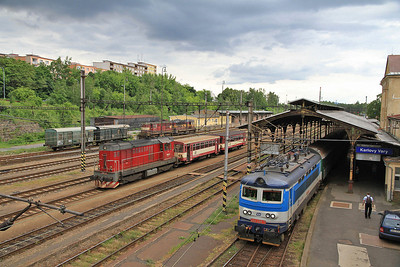 ČD 742201, Karlovy Vary, awaiting its next turn on the Johanngeorgenstadt line, 242208 running round on right - 04/07/13.