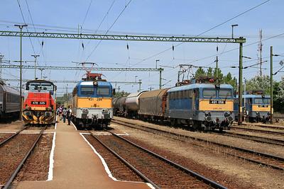 a busy scene at Kiskunhalas - MÁV 478325 / 431294 (on 792 10.05 Budapest Keleti-Kelebia) / 431058 / 431137 are lined up nicely - 28/06/14.
