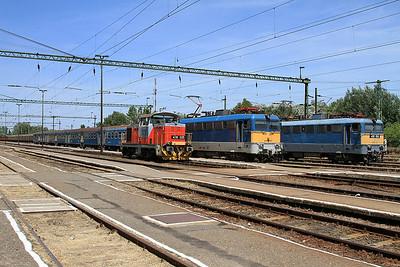 MÁV 478325 alongside  431294, 792 10.05 Budapest Keleti-Kelebia, and 431058, Southbound freight, Kiskunhalas - 28/06/14.