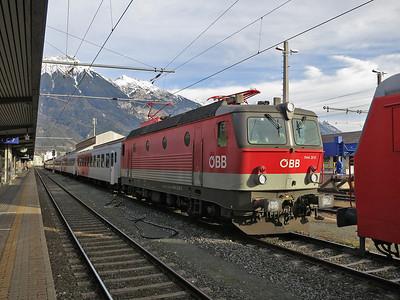 ÖBB 1144 200, Innsbruck Hbf, stock for this evening's REX5360 16.23 to Landeck Zams - 03/01/14.
