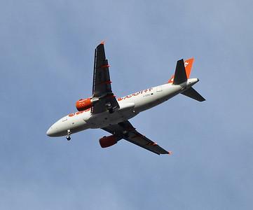 Easyjet Airbus A319-111 G-EZGL on final approach into Innsbruck Flughafen - 03/01/14.