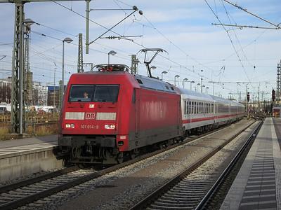 DB 101 014 passes München Ost, IC1284 10.05 Schwarzach St.Veit-München - 06/01/14.
