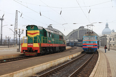 UZ ChME3 4452, Lviv, VL10 1484 on right on 108P 18.58 (prev day) Odesa-Uzhhorod - 09/03/14.