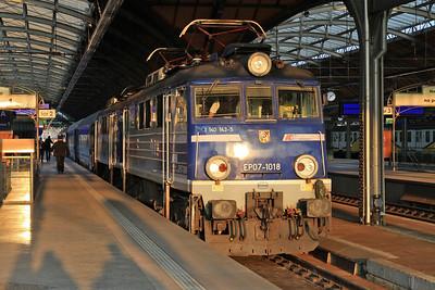 PKP EP07 1018 (+EP07 1067 dead), Wrocław Gł, TLK47101 16.25 Katowice-Poznań - 24/04/15.