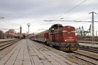 BDZ 55206, Varna, shunting the ECS into the platform for the Kardam train ..... yeerrrrsss ! - 09/12/16.