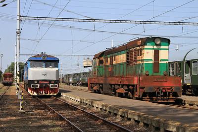 KŽC 749259, Ćierna nad Tisou, running round alongside station pilot ZSSKC 771195 - 22/06/16.