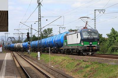 ELOC 193244 passes Frankfurt (Main) Niederrad with a block tank train - 14/05/16.