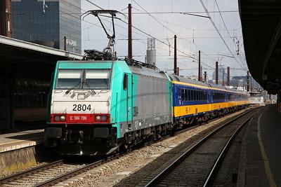 SNCB 2804 (186196), Brussel Zuid, IC9224 08.52 ex Amsterdam C.S. - 26/04/17.
