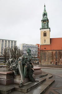 Neptunbrunnen fountain, Berlin ... for some reason the statues tits were shiny ! - 01/03/17.