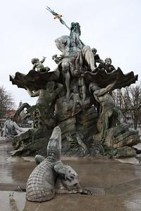 Neptunbrunnen fountain, Berlin ... plenty going on here ! - 01/03/17.