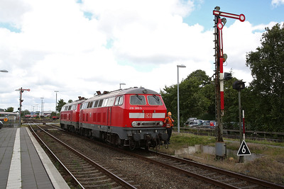 DB 218389 + 218345, Niebüll, dropping back onto IC2072 after having shunted off the Dagebüll portion - 05/08/17
