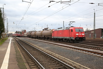 DB 143242 leaves Darmstadt Kranichstein, RB15716 11.46 Aschaffenburg-Wiesbaden as DB 186384 arrives on a mixed freight - 09/12/17.